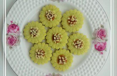 Sablés marguerites à la pistache caramel à la fleur de sel et amandes