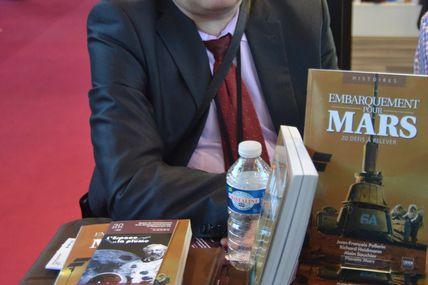 Succès du journaliste Jean-François PELLERIN en dédicace de son dernier ouvrage au Salon du Livre de Paris le 22 mars 2014 (stand Eyrolles-A2C Médias)