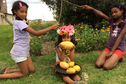 Vinod FAVRE sacré Roi des Fruits par Ando sa soeur et Miora sa cousine.