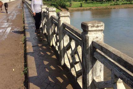 le Pont avait disparu . .