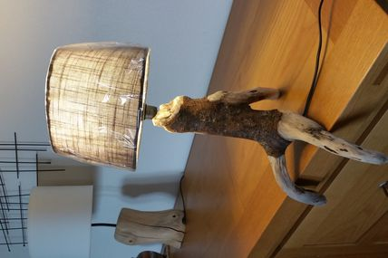 """Lampe """"bonhomme assis"""" en bois flotté"""