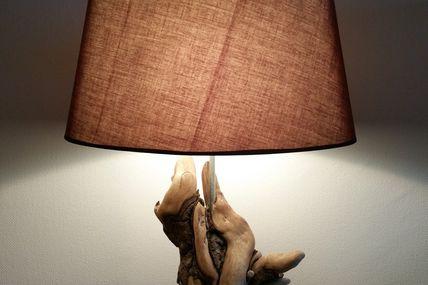 Lampe en bois flotté ayant gardé une partie de son écorce...