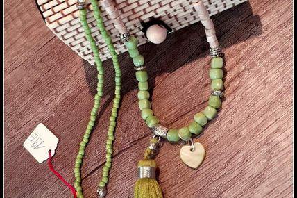 Long sautoir boho chic vert et ivoire , pompon.