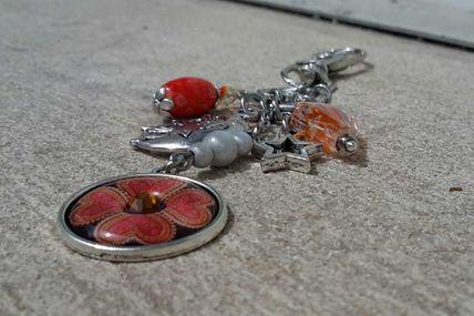 Bijoux de sac ou autre . orange et argenté