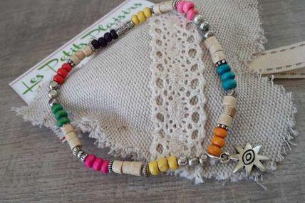 Bracelets cheville très nature, plein de jolies couleurs.