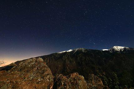 Le massif du Canigou et ses monts enneigés sous les étoiles