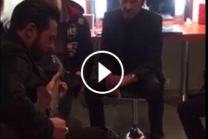 Extrait vidéo des répétitions de Johnny Hallyday dans son car loge avant l'hommage aux victimes place de la République