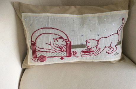 Broderie chat en coussin