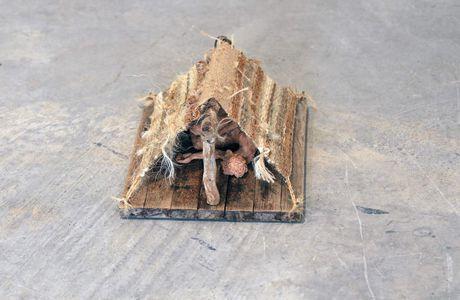 LE RADEAU ENDORMI- sculpture en bois, ficelles et terre