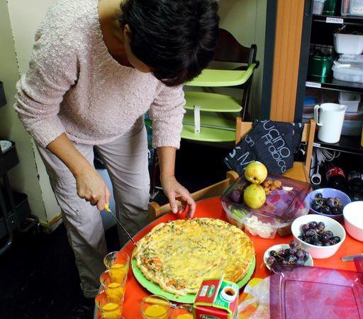 Les préparatifs avec l'aide des assistantes maternelles : couper une délicieuse quiche aux légumes maison, servir les soupes froides, peler et couper les fruits, installer le buffet...