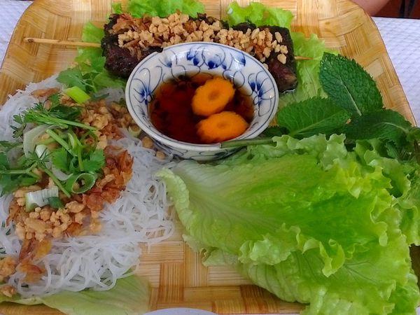 Apchao, brochettes de poulet saté sauce coco, brochettes de boeuf en feuilles de poivrier.
