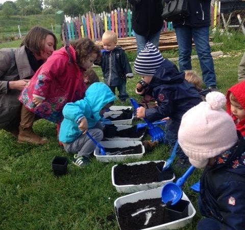 Mardi 9 mai 2017 : visite du jardin partagé par les enfants du RAM de Juigné