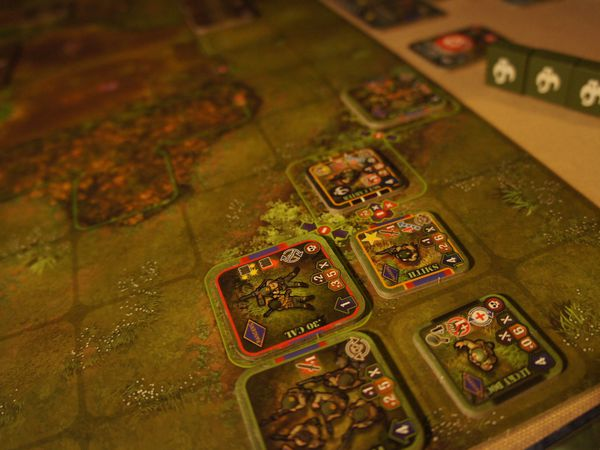 Les troupes en présence Marines vs Profonds ! et des marécages ...avec des cahutes à explorer...