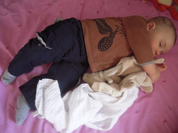 """Petit Monsieur a la sieste avec ses doudous fétiches, séance """"mordillage"""" et pause """"goûter"""""""