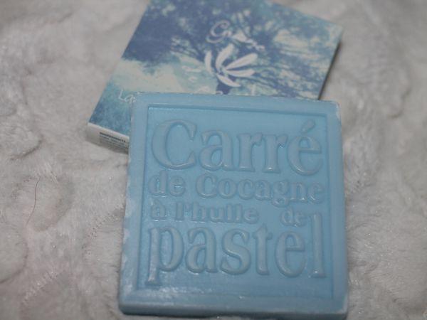 Un carré de Cocagne à l'huile de Pastel! Coïncidence (ou pas), j'avais lu un truc là dessus quelques jours avant et je me disais que j'en aurais bien acheté pour ma peau sèche et surprise, il m'attendait dans la box &#x3B;) J'adore l'odeur (mi bébé/mi mamie ^^) et je vous en reparlerais plus tard.