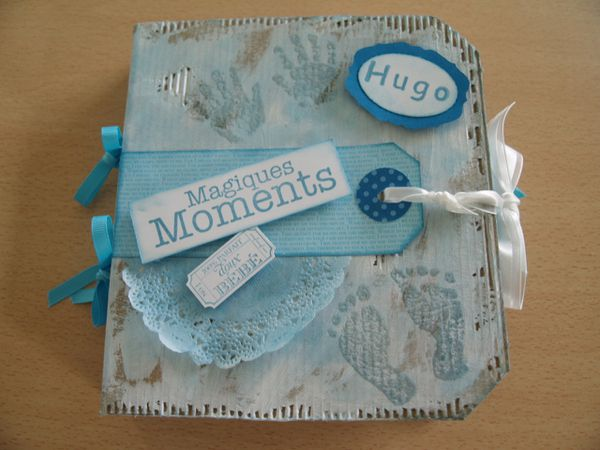 Papiers de la série design collection brillants: pointe pacifique et turquoise tentation&#x3B; papier murmure blanc&#x3B; rubans d'organza et turquoise tentation&#x3B; encreur murmure marin&#x3B; set de tampons Bébessentiels et T'as un ticket&#x3B; napperon en papier&#x3B; poudre à embosser transparente&#x3B; Sizzlits Paquets d'étiquettes&#x3B; Simply Scored.