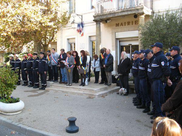 Rassemblement des Auriolais devant la mairie pour la minute de silence