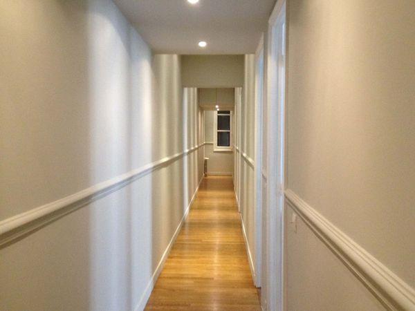 Le couloir n'a pas été épargné par les travaux. L'ensemble des câblages et des tuyauteries d'alimentation en eau, de chauffage et de VMC passent dans un faux plafond. La grande hauteur sous plafond a également permis de créer de grands placards en partie haute, toujours utiles pour les valises ou le matériel utilisé de manière occasionnelle. Le sol a été entièrement repris. Cette partie de l'appartement étant la plus bruyante car la plus utilisée, il a été décidé de poser le parquet neuf sur un isolant.