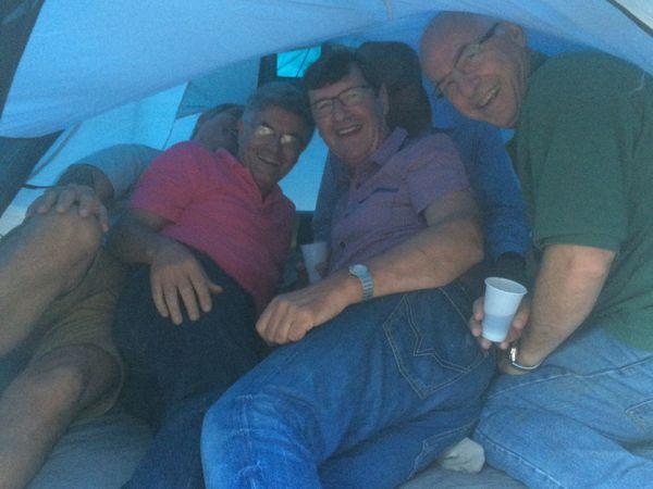 Yolande nous fait visiter sa tente nuptiale pendant que la tente d'Isa et Xavier est prise d'assaut, un rien à l'étroit pour 5 quand même..
