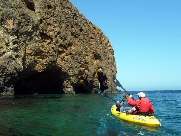 En suivant les recommandations des Rangers on longe la côte nord de l'île en se dirigeant vers l'Ouest, à contre courrant. Rapidement on arrive aux premières grottes et c'est vraiment splendide.