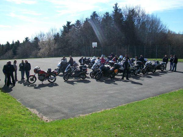 ON ATTAQUE LA PETITE MONTAGNE - LES VIEILLES MOTOS PASSERONT PAR ICI - ON S'ARRÊTERA SUR LE PARKING DE LA SALLE DES FÊTES DE WAGENBOURG