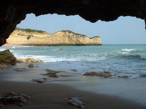 """Nous partons à la découverte des """"grottes """" creusées dans la falaise ."""