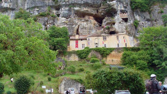 Des cavités naturelles occupées par l'Homme préhistorique, modifiées par la suite pour devenir un fort et une cité du Moyen Âge jusqu'au XIVème siècle.