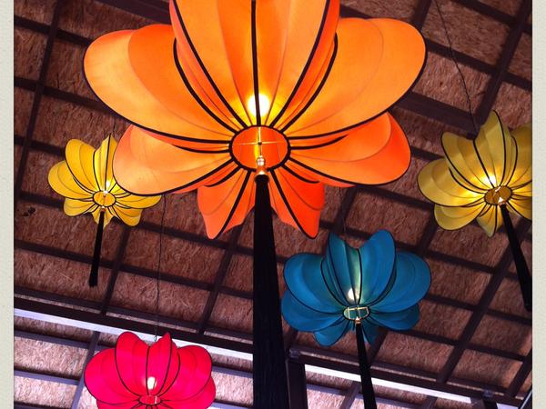 La magnifique déco du lobby &#x3B; l'autel à offrandes près des bungalows (il y en a partout en Thaïlande).