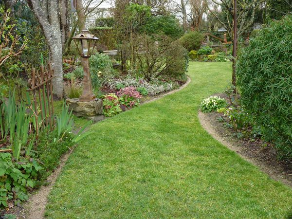 pelouse tondue et fertilisée..bordures faites