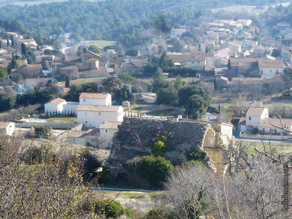 L'église Saint Jacques vue du château et le nouveau village en contebas