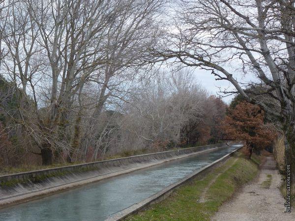 Le canal de Marseille près du village de Lambesc en hiver
