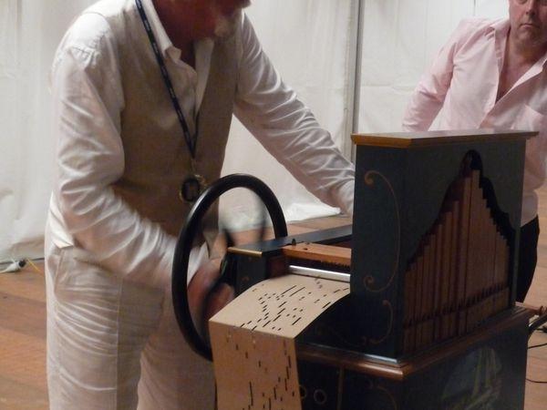 défis Kapla, chanson française, orgue de Babarie avec Tom van der Bruggen.