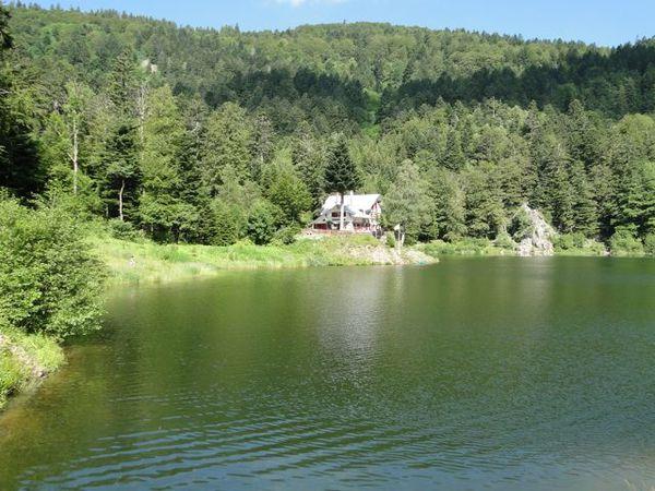 Le beau lac du Grand Neuweiher avec une baigneuse et un baigneur. Le refuge était complet pour la nuit mais le Gresson Moyen nous a comblés.