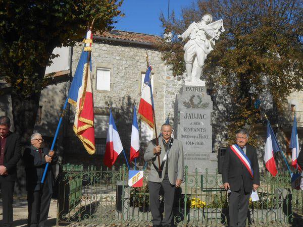 Devant le monument : représentants des anciens combattants, porte-drapeaux, élus, écoliers