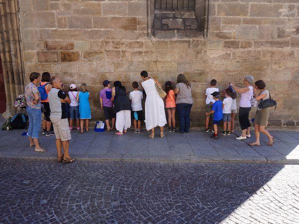 Les enfants observent le grès qui constitue le mur de la cathédrale de Cahors