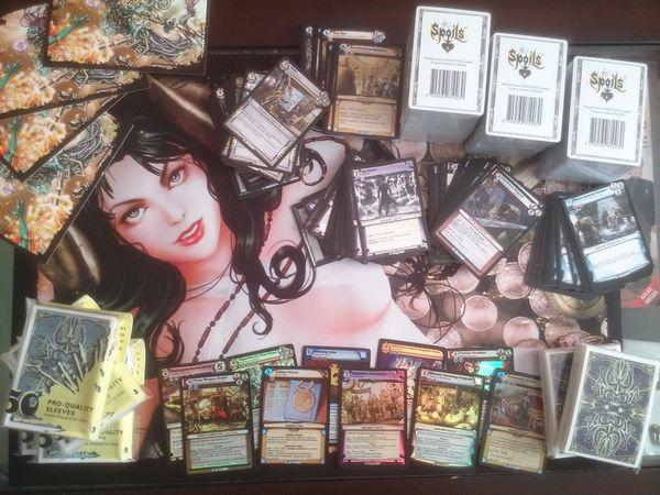 Dix decks pour dix participants. Dix autres decks à offrir en fin de tournoi. Des sleeves. Dix cartes rares et foils. Un superbe tapis de jeu. Certains sont rentrés chez eux avec une belle collection de cartes pour commencer à jouer.