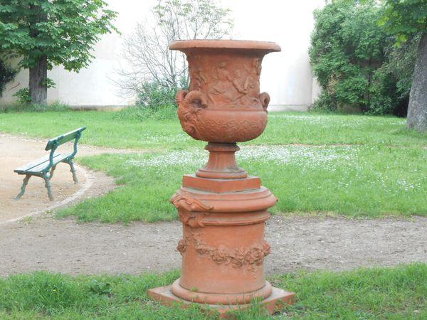 deux vases comme celui ci de chaque côtés de l'allée
