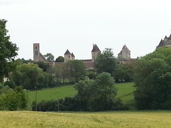 L'arrivée à Blandy-les-Tours et les imposantes murailles du château