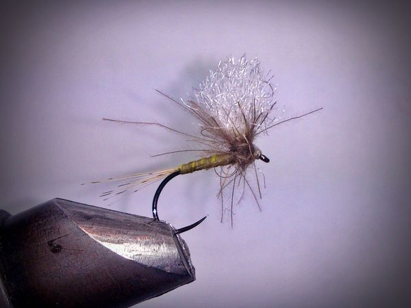 Montaje Ephemera con falso hackle de CDC en Parachute. - False CDC hackle Ephemera Tying, in Parachute.