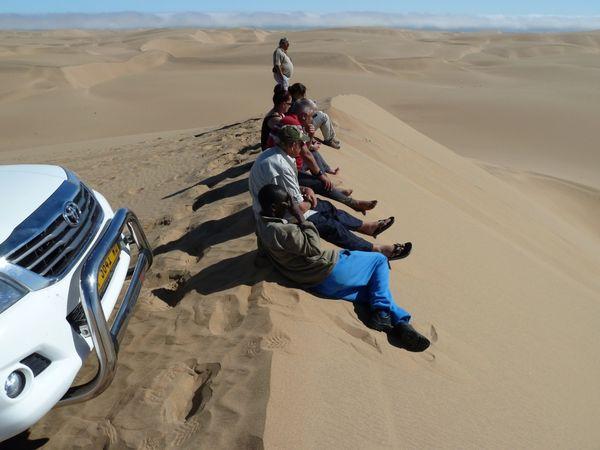 Le descentes de dunes s'intensifient, en longueur, en inclinaison, le plaisir de conduire est là...et footing pour les photographes !