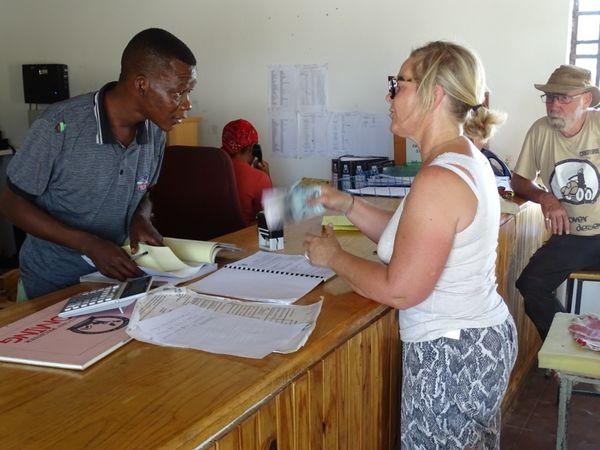 Sans revervation et avec un bureau fermé à Ghanzi, le pari était risqué : 180 kms pour rejoindre l'entrée et finalement obtenir nos deux nuitS dans le CKGR