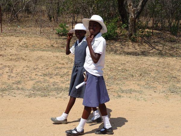 comment avoir du linge si blanc dans tant de poussière ...et sans machine ? La différence entre la femme africaine et ....moi