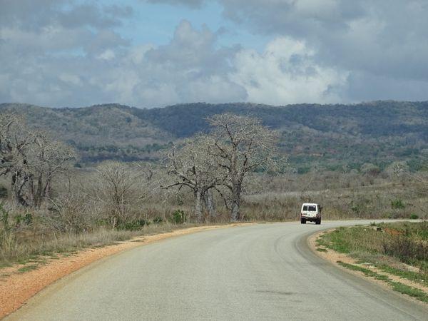 """Premiers tour de roues en Tanzanie, la piste devient goudron """"grâce"""" à la chine...."""