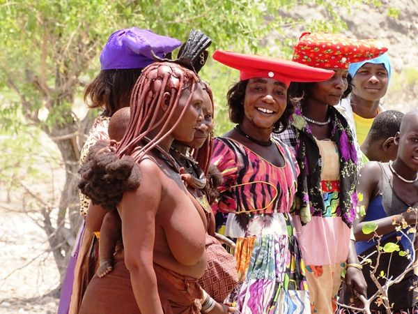 Tel les Massaïs, les Himbas et Herreros tentent de profiter du touriste. C'est mal fait, ce fond de mendicité oppressante ne concours guère au contact…