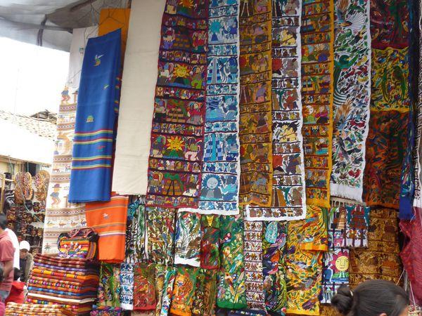 Top 5 des marchés : 1.Chichicastenango au Guatemala (Pour ses couleurs et son ambiance très typique), 2.Iquitos au Pérou (Pour la diversité et la spécificité de ses produits amazoniens), 3.Guamote en Equateur (Pour son côté très authentique et peu touristique), 4. Masaya au Nicaragua (Pour son côté chaotique et pour la diversité des produits qu'on y trouve), 5.La Sonora (marché des sorcières) à Mexico (Pour ses produits liés à la sorcellerie et à la mort)