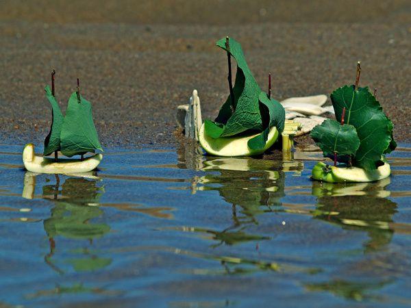 land 39 art les petits bateaux qui voguent sur l 39 eau les folles colos. Black Bedroom Furniture Sets. Home Design Ideas