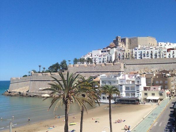 PENISCOLA son chateau et sa plage avec les magnifiques sculptures de sable
