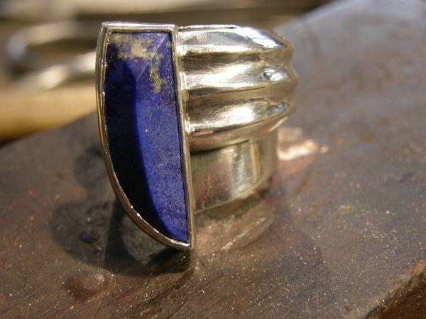 Bague en lapis lazuli et argent. Tout fait main&#x3B; piece unique.