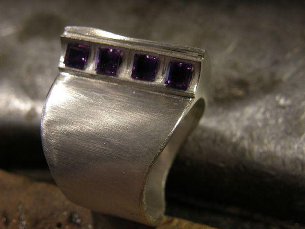 Une goutière de 1mm est ajoutée. Les emplacemants des pierres tracés&#x3B; persés, fraisés&#x3B; les pierres placées.