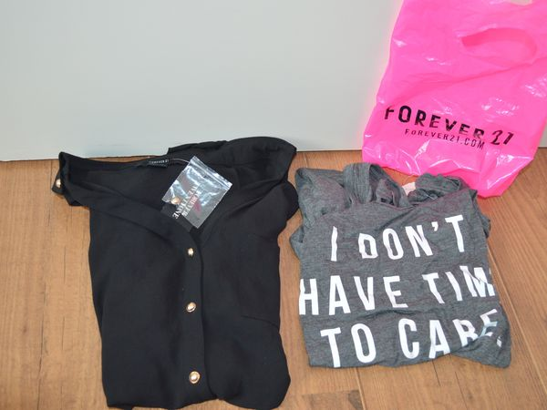 "FOREVER 21 : -chemisier noir 10€00_ - debardeur "" I don't have time to care "" 8€00"